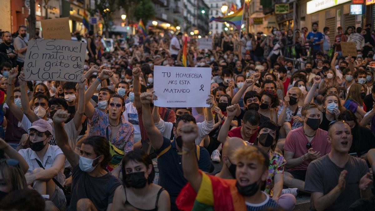 """""""Tu homofobia nos está matando"""" y """"A Samuel lo mataron al grito de 'maricón'"""", entre los carteles de la manifestación de este lunes 5 de julio de 2021 en Madrid"""