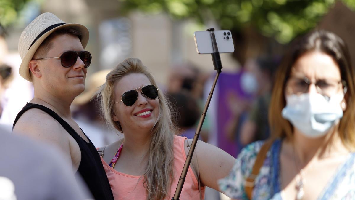 Una pareja se hace un 'selfie' sin mascarilla en Málaga