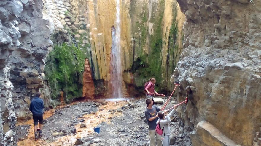 Las pintadas se limpiaron en el Barranco de las Rivanceras o Limonero, en el acceso a La Cascada de Colores. Foto: PARQUE NACIONAL.