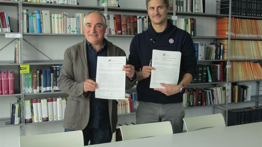 Los portavoces de EH Bildu y Podemos Ahal Dugu, Xabier Olano y Juantxo Iturria presentan la solicitud.