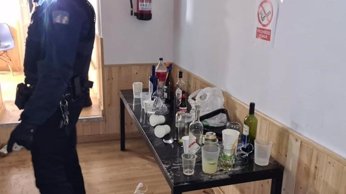 La Policía Local denuncia a 58 jóvenes por hacer una fiesta en unos pisos turísticos en San Pablo.
