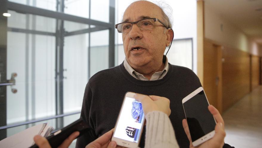 El catedrático Enrique Álvarez Conde, en los pasillos de la URJC. Foto: Olmo Calvo.