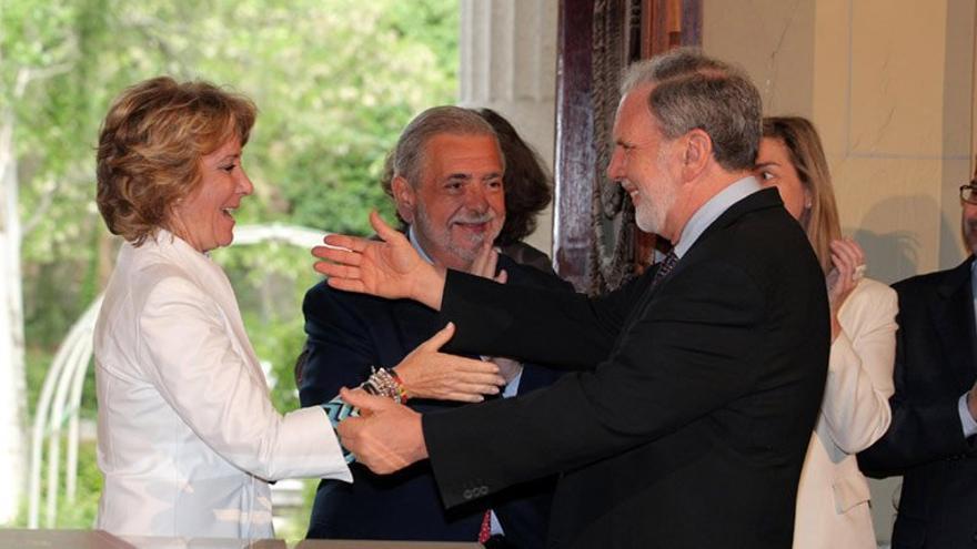 Esperanza Aguirre y el titular de la NYU, John Sexto, durante la firma del convenio para la instalación del rectorado y el campus europeo de la Universidad en Madrid