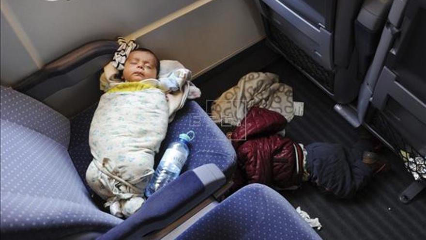 Vista de dos niños de una familia siria de refugiados que viaja de Austria a Alemania, el pasado mes de octubre. | EFEArchivo