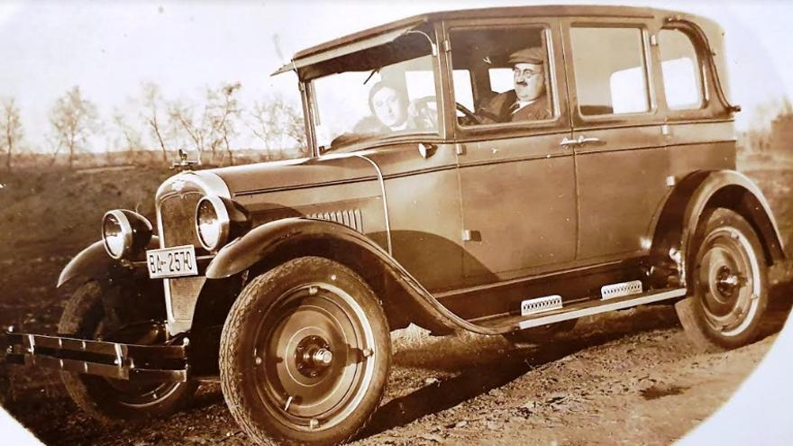 Franco García y su esposa Josefa Pavón en un coche, posiblemente el vehículo de su propiedad en el que los franquistas lo trasladaron desde Valladolid hasta Arroyo de San Serván