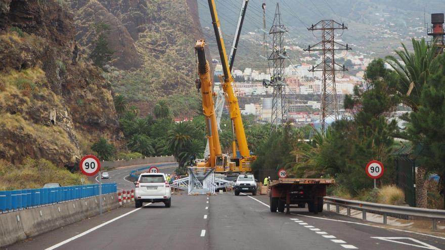 En la imagen, un momento de los trabajo del cambio de la primera torre eléctrica de la línea Los Guinchos-Valle de Aridane llevados a  cabo el domingo. Fue necesario cortar la autovía en el tramo de Los Guinchos y desviar la circulación. Foto: JOSÉ AYUT.