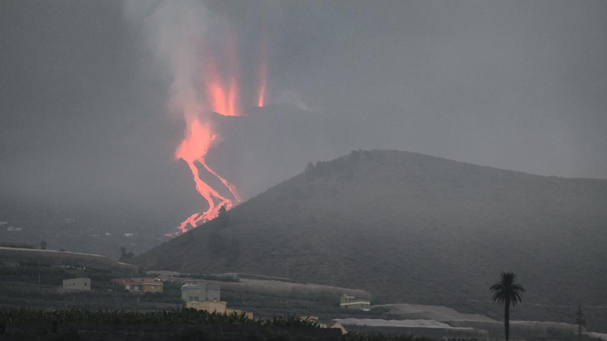 Vista del los ríos de lava que descienden por la ladera del volcán en una imagen tomada este martes desde la localidad de Tazacorte, en la isla de La Palma. EFE/Ángel Medina G.