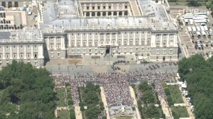 El público que esperaba al rey en el Palacio Real, visto desde el aire / RTVE
