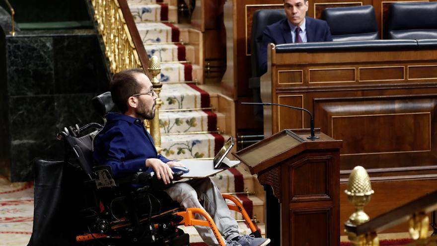 El portavoz de Unidas Podemos, Pablo Echenique (i), se dirige a dar la réplica, este miércoles en el Congreso, al presidente del Gobierno, Pedro Sánchez (d), que ha explicado la declaración del estado de alarma