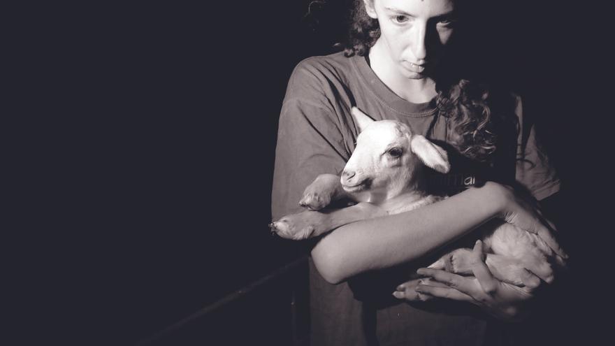 Sonia con un cordero, en un rescate abierto con Igualdad Animal en 2009. Foto: Jo-Anne McArthur