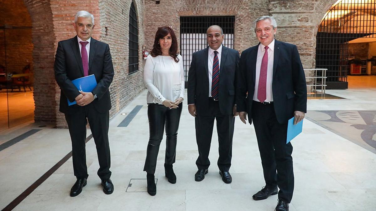 La vicepresidenta, en Casa Rosada, con el Presidente y los nuevos ministros.