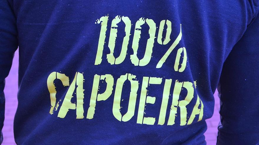 Camiseta con la inscripción '100% capoeira'.