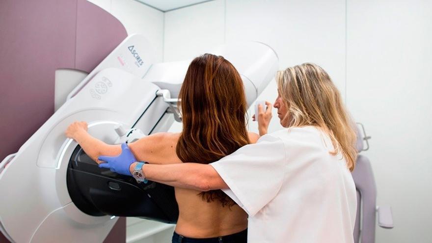 Una paciente se somete a una mamografía en un centro del Servicio Canario de Salud.