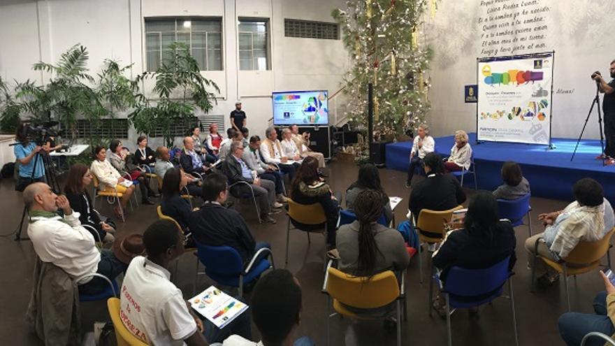 La consejera de Igualdad y Participación Ciudadana, María Nebot junto a los representantes de países y colectivos que participaron en el encuentro de este sábado.