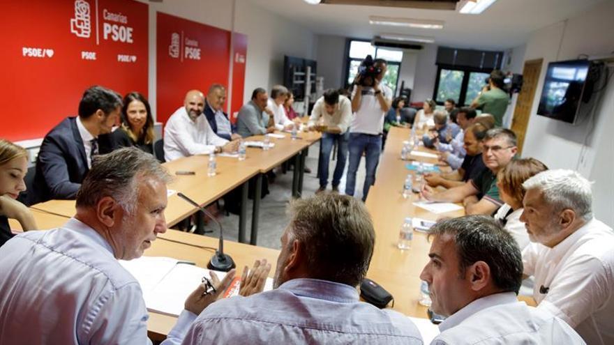 El presidente de Canarias y secretario general del PSOE en las islas, Ángel Víctor Torres (i), en una reunión con los alcaldes de su partido. EFE/Ramón de la Rocha