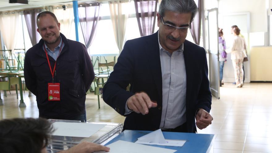 El presidente de Nueva Canarias, Román Rodríguez acude a las urnas (Alejandro Ramos)