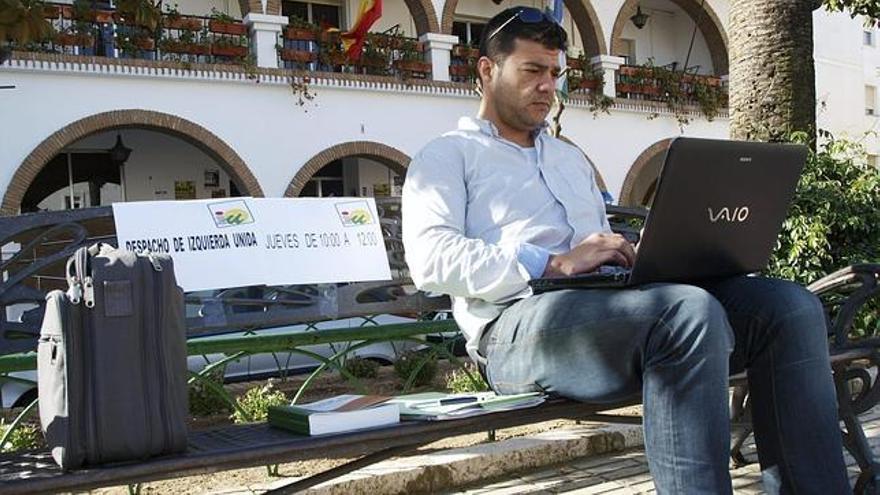 Valderas, en un banco público, ya que ha carecido de despacho municipal.