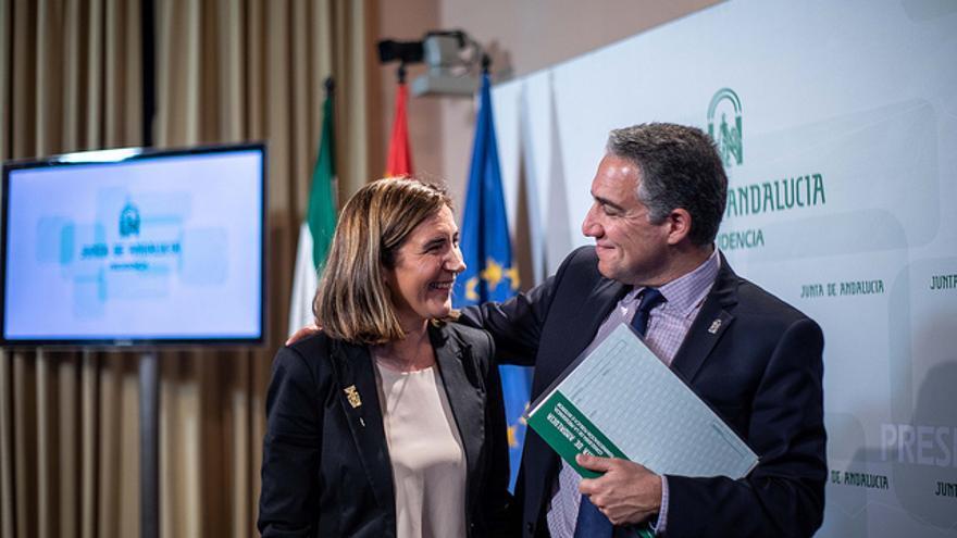 Rocío Blanco, consejera de Empleo, junto al titular de Presidencia, Elías Bendodo.