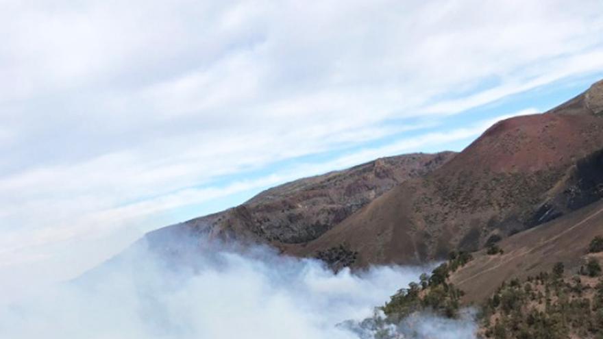 Foto tomada desde el helicóptero del GES en el pinar del municipio de Granadilla, con la humareda que ocasiona el fuego
