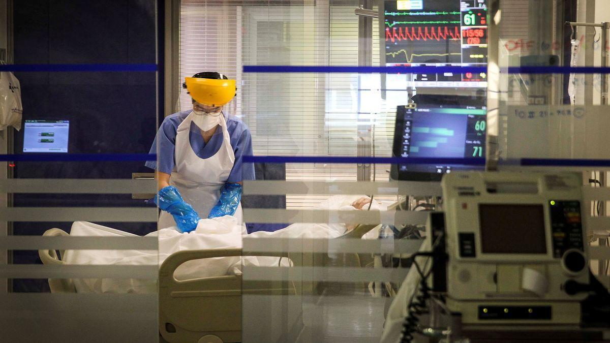 Una sanitaria atiende a un paciente en la UCI de Galdakao
