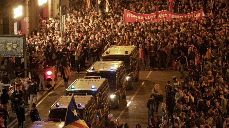 Los manifestantes convocados por los CDR rodean las furgonetas de la Policía Nacional en la Jefatura de Barcelona / Sònia Calvó
