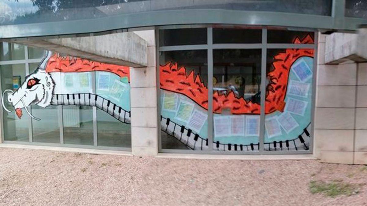 Un dragón con teclas de piano en el Conservatorio Profesional 'Músico Ziryab'.