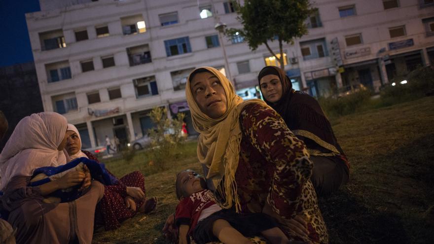 Una familia descansa en un parque de la ciudad marroquí de Nador, donde centos de refugiados sirios malviven a la espera de conseguir cruzar la frontera española. | Foto: Pedro Armestre - Save The Children
