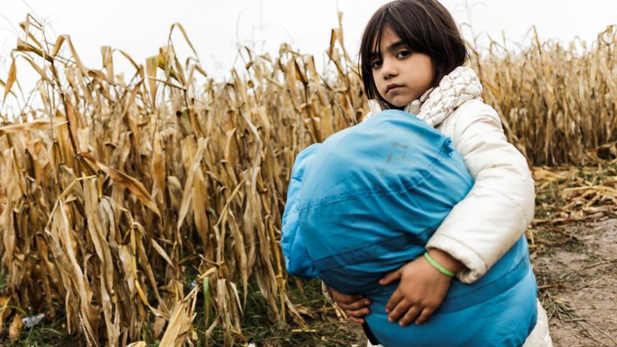 Zainab, de 7 años, procede de Kirkuk, Iraq. Viaja junto a su padre, Luqman, su madre y sus dos hermandos, Warda y Daniel. En Irak, su padre tenía su propio negocio. Un día, las balas atravesaron las ventanas de su tienda. Los miembros de una milicia le extorsionaron, le dijeron que o pagaba  o se llevarían a uno de sus hijos. Entonces decidieron emprender la huida. Fotografía: Achilleas Zavallis