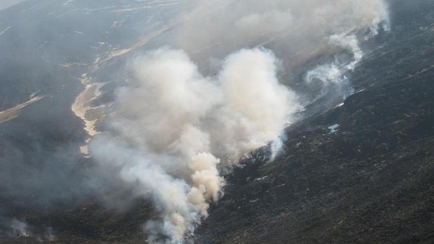 """Activos ocho de los 22 incendios forestales """"provocados"""" hoy en Cantabria"""