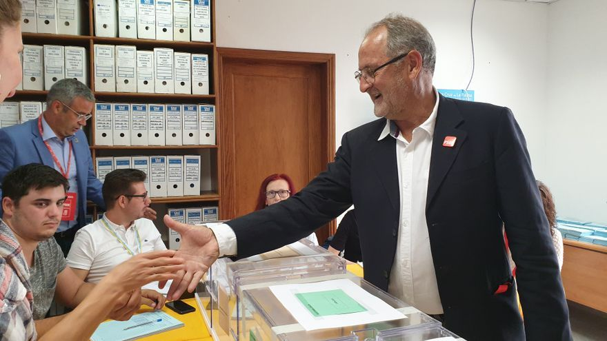 Elías Castro, candidato del PSOE a la Alcaldía de la capital, ejerció su derecho al voto en la mesa de la Oficina Técnica del Ayuntamiento.