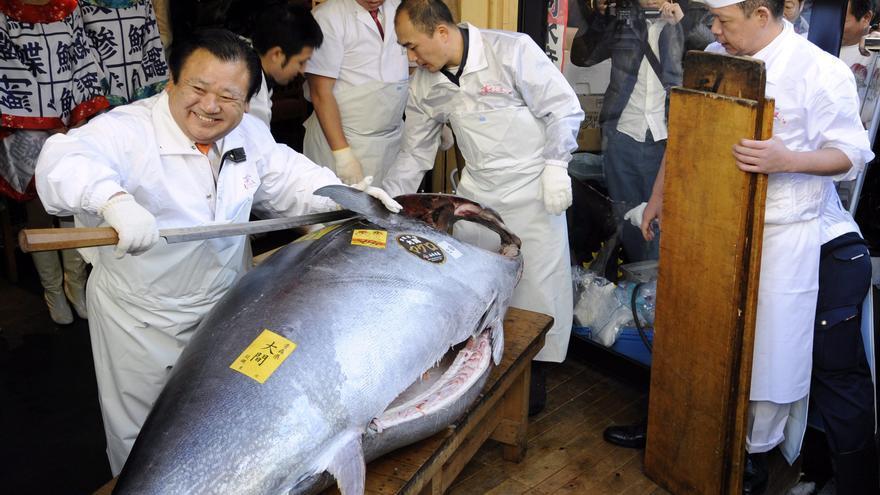 Un atún rojo alcanza el récord de 1,3 millones de euros en la lonja de Tokio