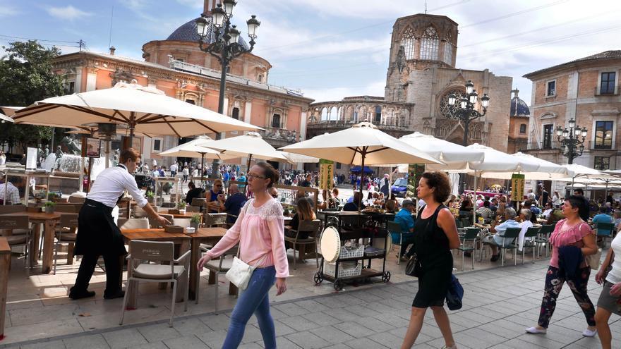 Turistas en la plaza de la Virgen de Valencia