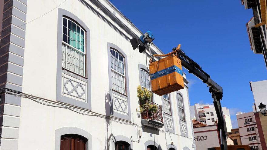 En la imagen, parte del equipo de iluminación en el edificio donde se encuentra la Peluquería Dolly, en la Calle Poggio, donde se ha grabado este sábado.