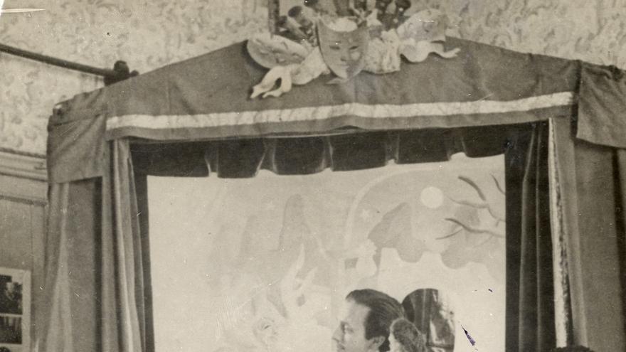 Los cuatro componentes de La Tarumba: Camarero, Prieto y los hermanos Pérez Infante. Los títeres, al menos algunos de ellos, parecen pertenecer a 'El retablillo de don Cristóbal'