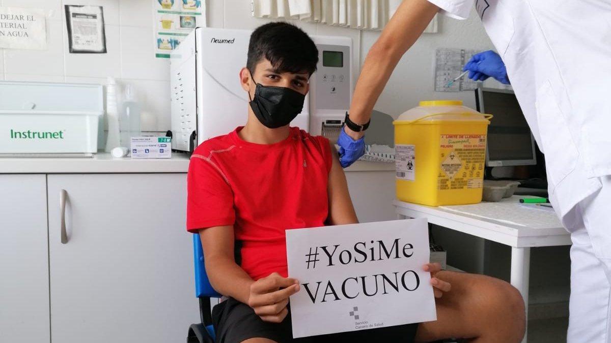 Un joven recibe la vacuna contra la COVID. GOBIERNO DE CANARIAS.