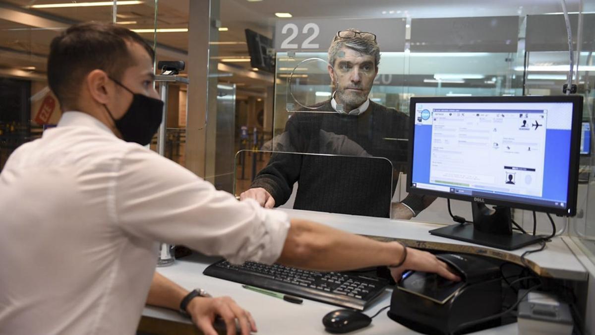 Al regresar del exterior, los viajeros deben realizar una cuarentena obligatoria en el domicilio declarado.