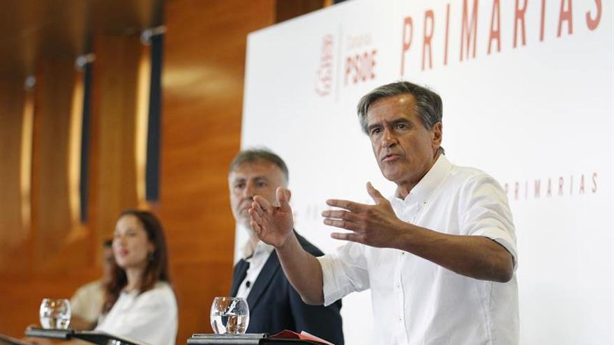 Los tres candidatos a liderar el PSOE de Canarias en las primarias, Juan Fernando López Aguilar (d), Ángel Víctor Torres (c), y Patricia Hernández (i)