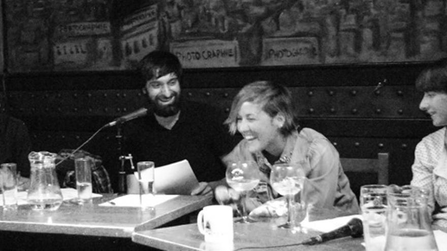 Cristina Pardo rodeada en una mesa más por gente que hace risa