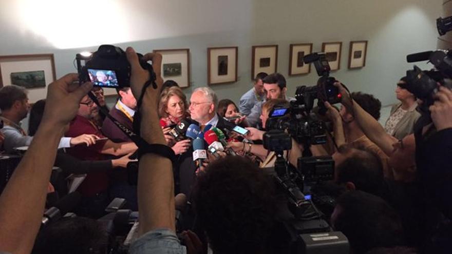 El expresidente de las Corts Valencianes, Juan Cotino, rodeado de periodistas, antes de su comparecencia en la Comisión de Investigación del accidente de metro.