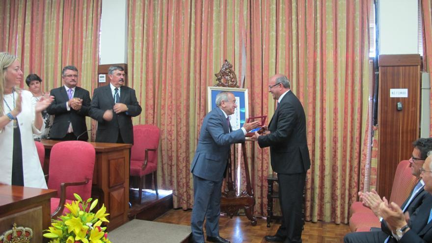 Un momento de la entrega de la Medalla de la Isla al CSIC.