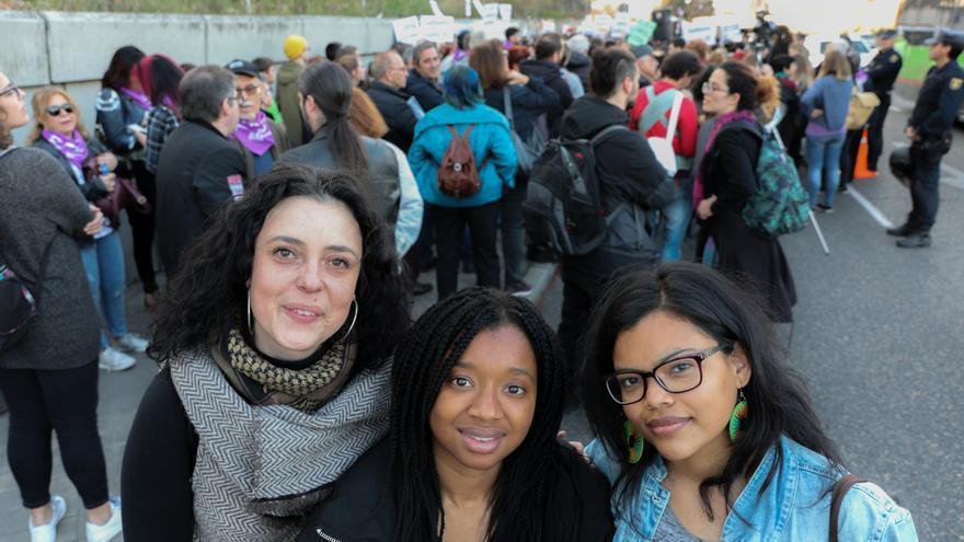 Natalia, Assiatu y Karen en la manifestación antirracista y feminista frente al CIE de Madrid.