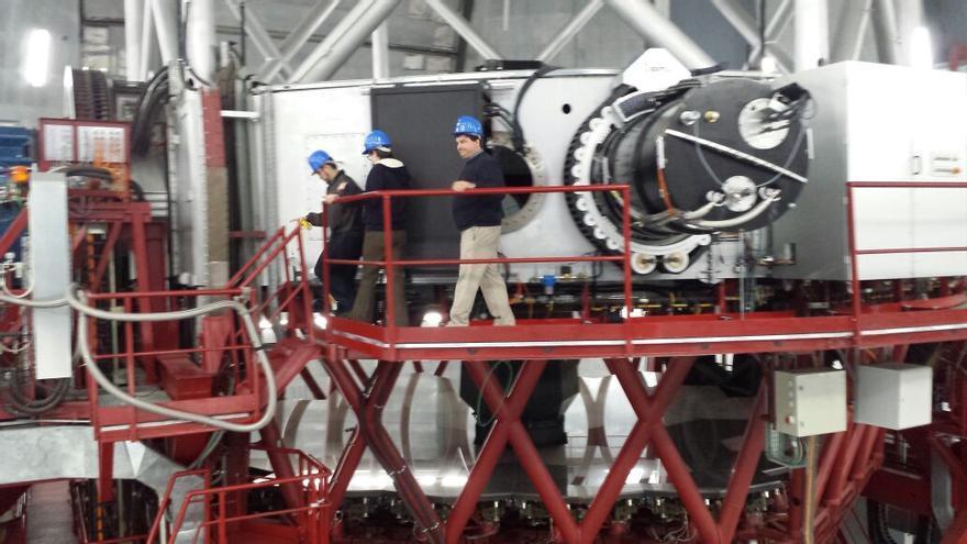 En la imagen, tres ingenieros de la Universidad de Florida, este lunes, últilmando los ajustes del CIRCE (en la foto) en la estructura del GTC.