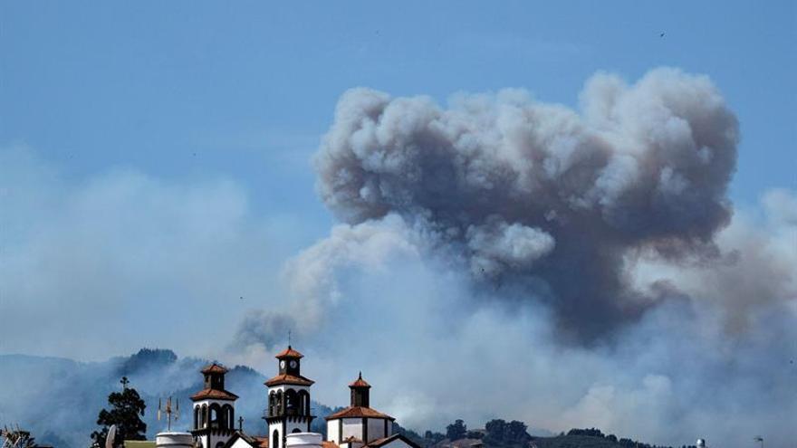 El humo procedente del Incendio en la cumbre de Gran Canaria, desde el casco del municipio de Moya. EFE/Ángel Medina G.
