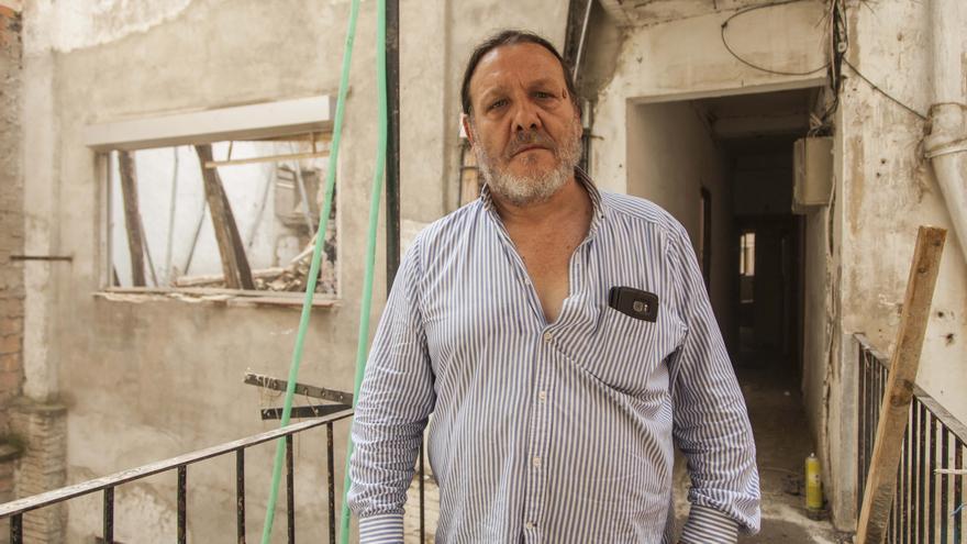 Ángel García, ante las ruinas que dejó el derrumbe de parte del edificio donde está su piso.
