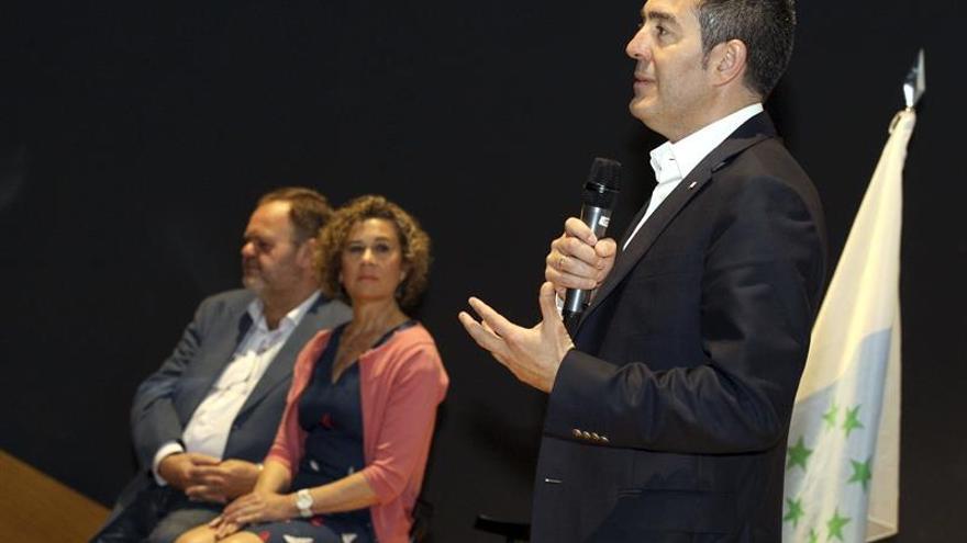El candidato de Coalición a la Presidencia del Gobierno de Canarias, Fernando Clavijo, y los candidatos al Cabildo del Gran Canaria, Fernando Bañolas (i), al Parlamento de Canarias, María del Mar Julios (2i), durante el acto celebrado hoy para su presentación. EFE/Elvira Urquijo A.
