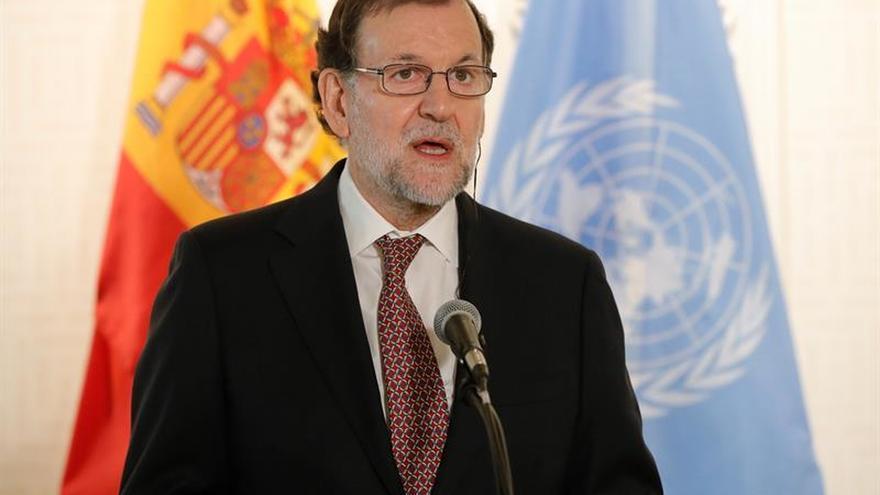 """Rajoy bromea con su aniversario de boda: """"De momento no he sido despachado"""""""
