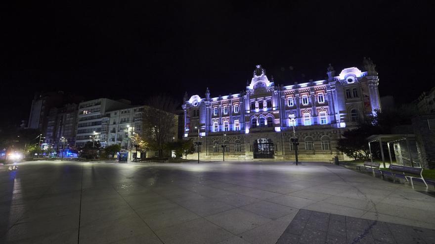 La Plaza del Ayuntamiento de Santander vacía por el toque de queda.