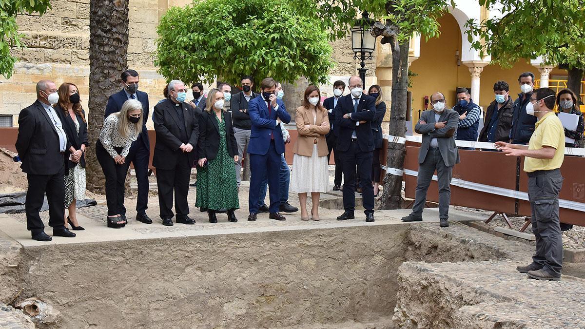 La consejera de Cultura visita la excavación del Patio de los Naranjos