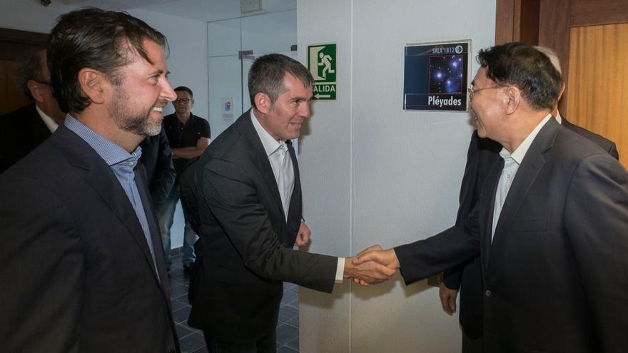 Clavijo saluda el presidente de la Academia de Ciencias de China.
