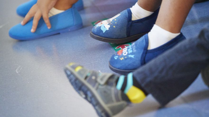 Niños con zapatillas de casa en el Colegio Público Víctor Pradera en el primer día de colegio del curso escolar 2020-2021en Pamplona